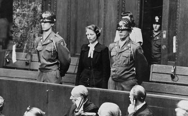 Суд над Гертой Оберхойзер, проводившей медицинские эксперименты над людьми в концлагере. 1946 г.
