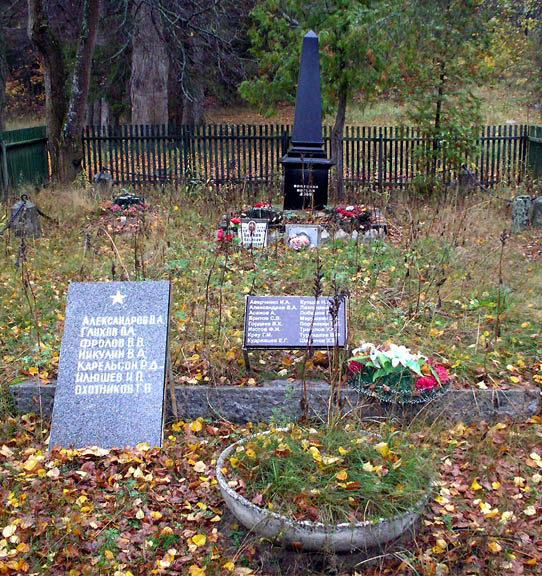 п.Заполье Выборгского р-на. Памятник, установлен на братской могиле, в которой захоронен 61 советский воин, в т.ч. 39 неизвестных, погибших в годы войны.