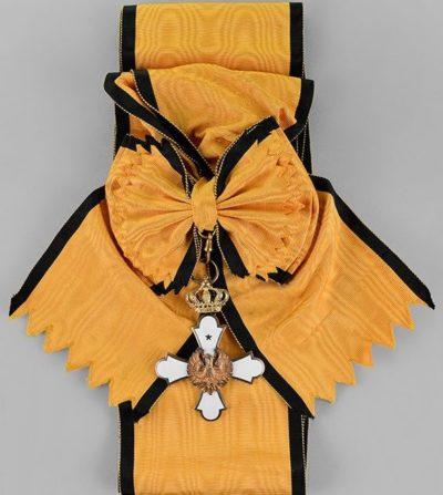 Знак Большого креста ордена Феникса на широкой ленте-перевязи.