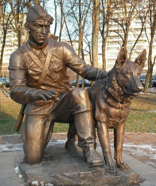 Памятник «Военный инструктор с собакой» в парке «Терлецкая дубрава». Москва. Россия.