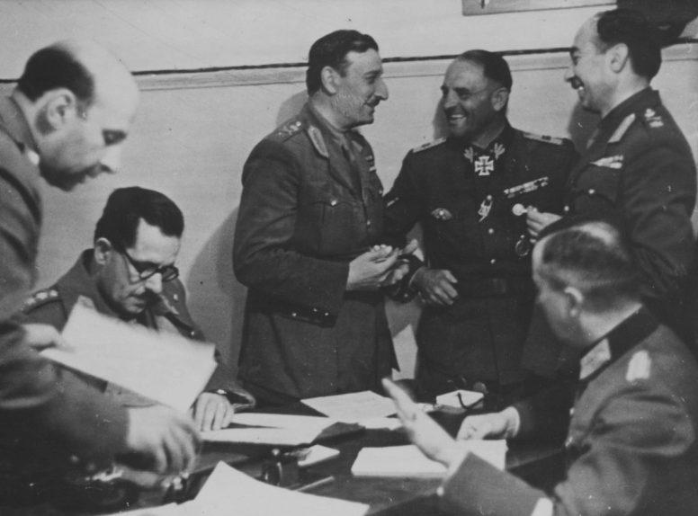 Генерал Георгиос Цолакоглу и обергруппенфюрер СС Зепп Дитрих во время подписания капитуляции Греции. Апрель, 1941 г.