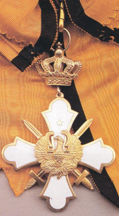 Знак Большого креста ордена Феникса с мечами на широкой ленте-перевязи.