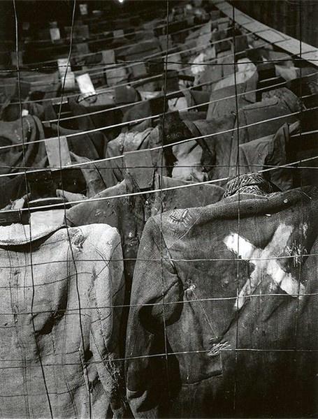 Одежда заключенных в музее.