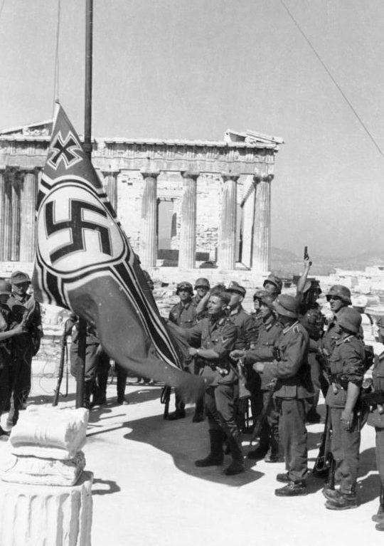 Немецкие солдаты поднимает немецкий военный флаг над Акрополем. Апрель, 1941 г.