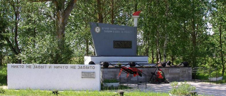 д. Пижма, Гатчинского р-на. Памятник, установленный на братской могиле, в которой похоронен 71 советский воин.