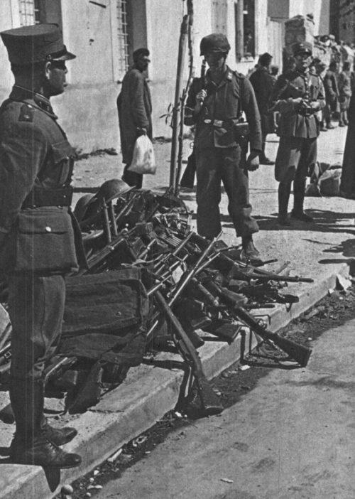 Немецкие трофеи в городе Коринф. Апрель, 1941 г.