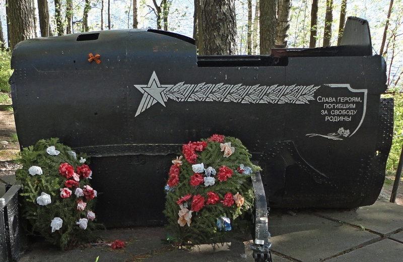 п. Зеркальный Выборгского р-на. Памятник, установленный в 2012 году, экипажу погибшего самолета Ил-2.
