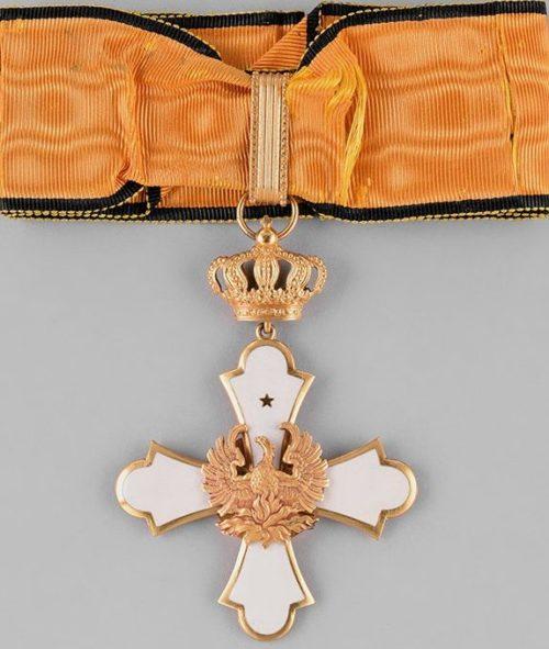 Знак Большого командорского креста ордена Феникса на шейной ленте.