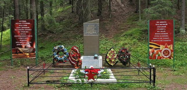 п. Ильичево Выборгского р-на. Памятник, установлен на братской могиле, в которой захоронено 4 советских воина, в т.ч. 39 неизвестных, погибших в годы войны.