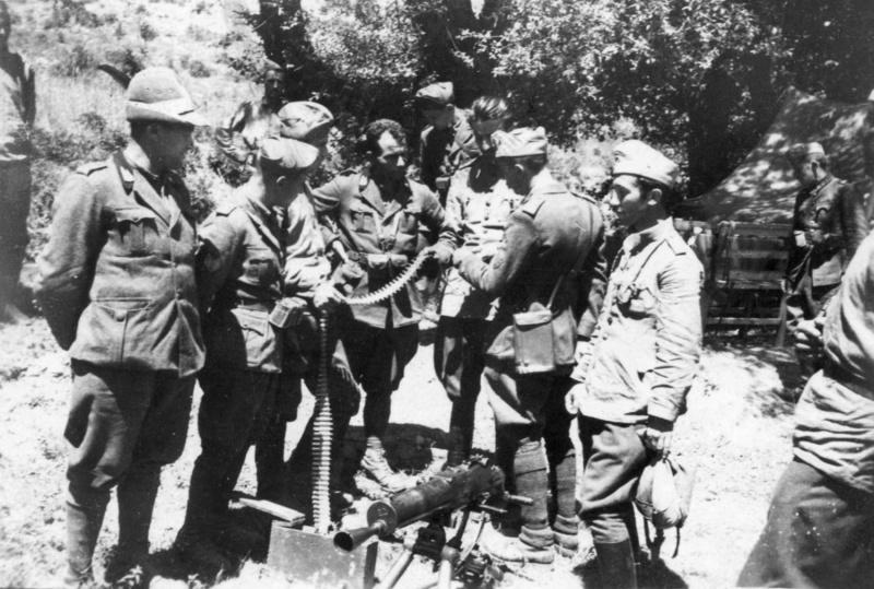 Итальянские и болгарские офицеры у захваченного пулемета. Апрель, 1941 г.