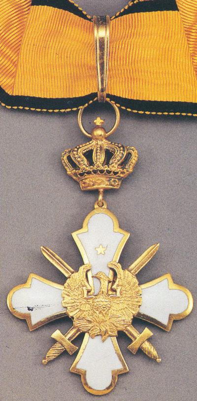 Знак Командорского креста ордена Феникса с мечами на шейной ленте.