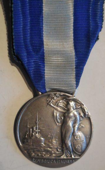 Аверс и реверс Почётной медали за долголетнее судовождение (15 лет) (Medaglia d'onore di lunga navigazione (15 anni)).