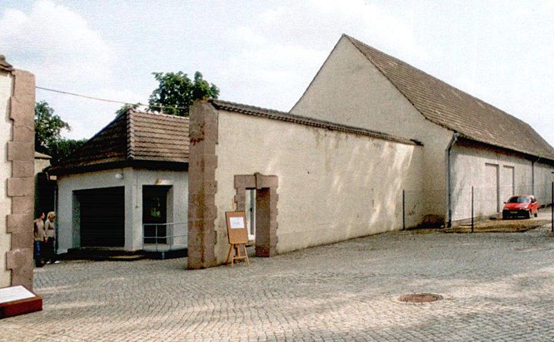 Ворота лагеря (вид снаружи) с домом охраны