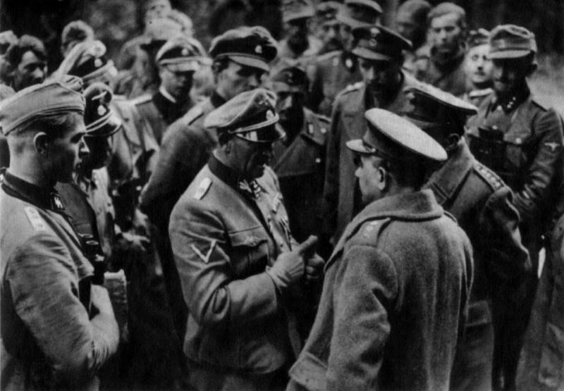 Обергруппенфюрер СС Зепп Дитрих обсуждает с британскими офицерами условия капитуляции в Греции. Апрель, 1941 г.
