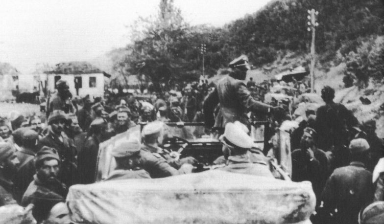 Обергруппенфюрер СС Зепп Дитрих с греческими военнопленными. Апрель, 1941 г.