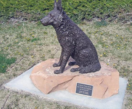 Собакам –героям войны. Мемориальный парк ветеранов. Ривертон. Юта. США.