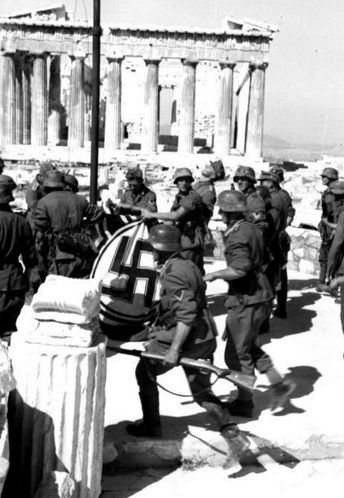 Немецкие войска поднимают фашистский флаг на вершине Парфенона в Афинах. Май 1941 г.