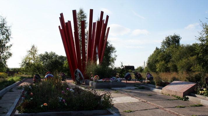 п. Пудость Гатчинского р-на. Памятник, установленный на братской могиле, в которой похоронено 1 222 советских воина, в т.ч. 6 неизвестных.