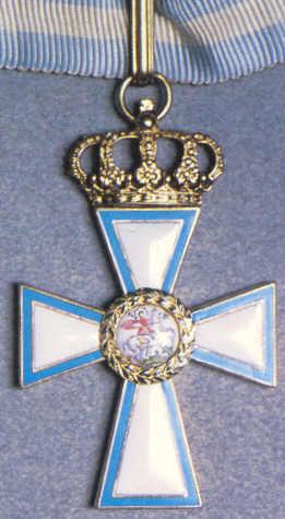Золотой крест в цветных эмалях на шейной ленте.