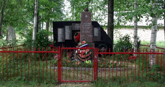 д. Раболово Гатчинского р-на. Памятник, установленный на братской могиле, в которой похоронено 140 советских воинов, в т.ч. 45 неизвестных.