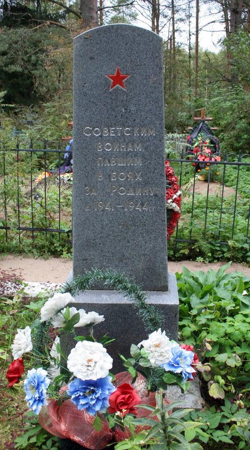д. Кобона Кировского р-на. Памятник на кладбище, установлен на братской могиле воинов-пограничников.