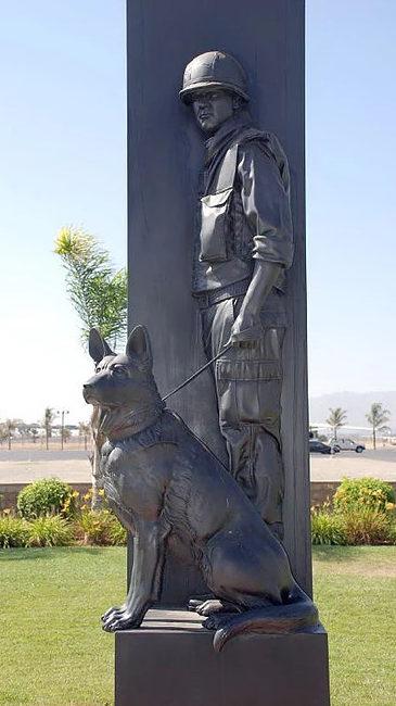 Мемориал в честь собак, участвовавших в войнах. Риверсайд. Калифорния. США.