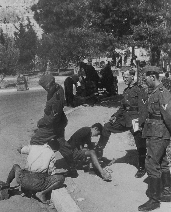 Подростки чистят сапоги солдатам вермахта вблизи Афинского акрополя. Май, 1941 г.