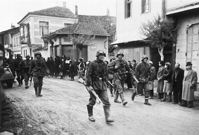 Немецкие солдаты в греческой деревне. Май, 1941 г.