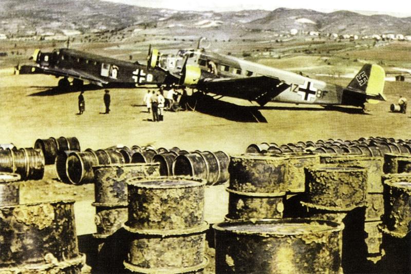 Немецкие транспортные самолеты Юнкерс Ю-52 на полевом аэродроме в Греции. Май, 1941 г.