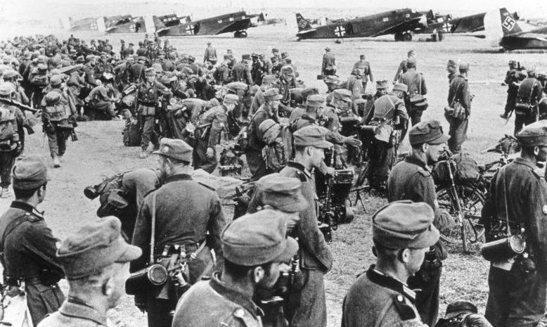 Немецкие горные егеря перед погрузкой на аэродроме. Май, 1941 г.