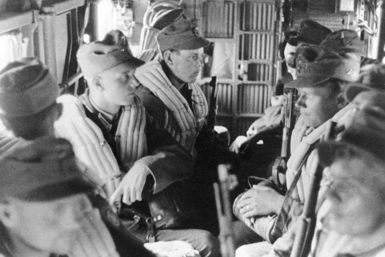 Немецкие горные егеря в планере перед высадкой на Крит. Май, 1941 г.