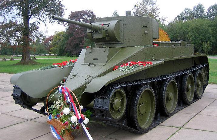 Памятник-танк БТ-5.