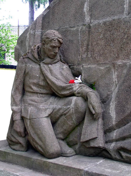Скульптуры на мемориале.