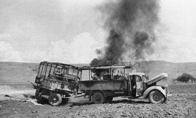 Горящий британский грузовик после авианалета Люфтваффе. Май, 1945 г.