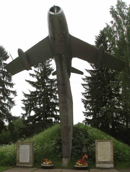 п. Сиверский Гатчинского р-на. Памятный знак 276-й Гатчинской бомбардировочной авиационной дивизии.