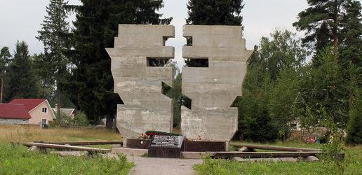 п. Сиверский Гатчинского р-на. Памятный знак на месте расстрелов 2 тысячах советских патриотов, погибших от рук немецких палачей.