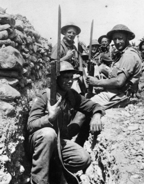 Британские солдаты в окопах на острове Крит. Май, 1945 г.