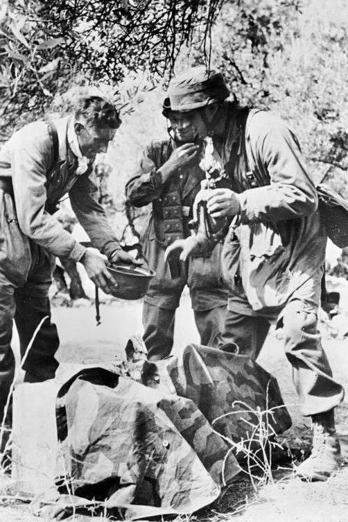 Немецкие парашютисты запасаются водой в горах. Май, 1945 г.