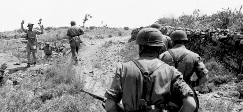 Британские солдаты сдаются в плен на острове Крит. Май, 1945 г.