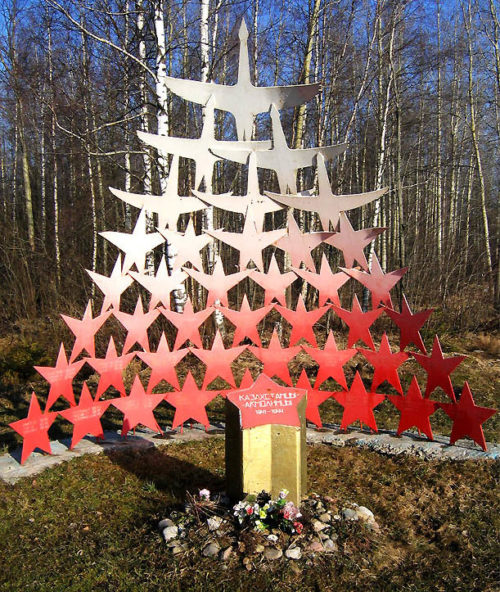 п. Молодцово Кировского р-на. Памятник на восточном берегу озера Синявинское в память о проведении войсками Волховского фронта в 1-й Синявинской наступательной операции осени 1941 года.