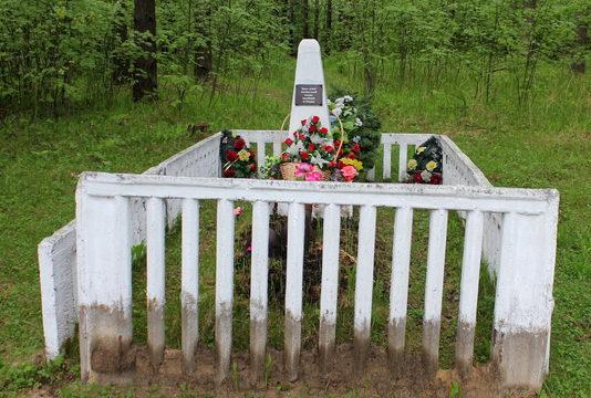 п. Дубровка Всеволожского р-на. Памятники на братских могилах у платформы Теплобетонная.