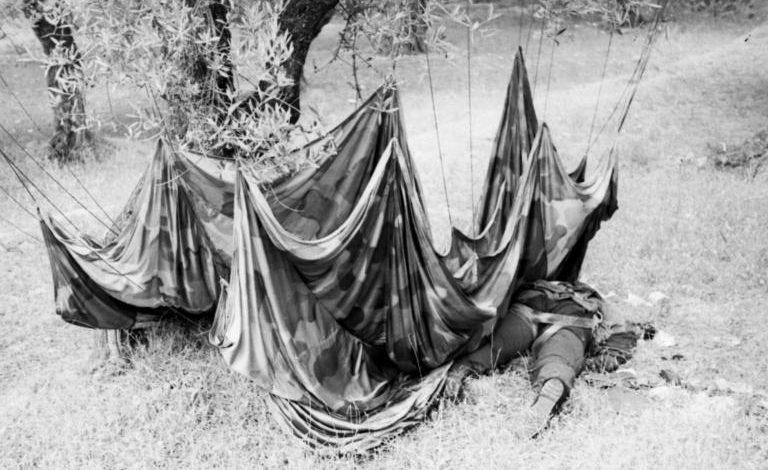 Убитые немецкие парашютисты. Май, 1945 г.