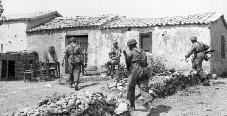Немецкие парашютисты в крестьянском поместье на Крите. Май, 1945 г.