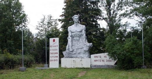 п. Назия Кировского р-на. Памятник у поселкового стадиона посвященный погибшим землякам.