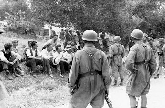 Местное население Крита в плену у немецких парашютистов. Крит. Май, 1941 г.