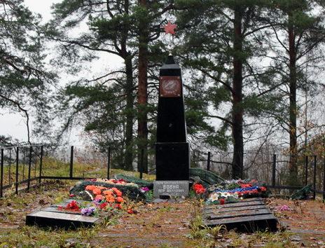 п. Лесогорский Выборгского р-на. Памятник, установленный у братских могил, где похоронено 240 советских воинов, в т.ч. Герой Советского Союза Вовна П. А.