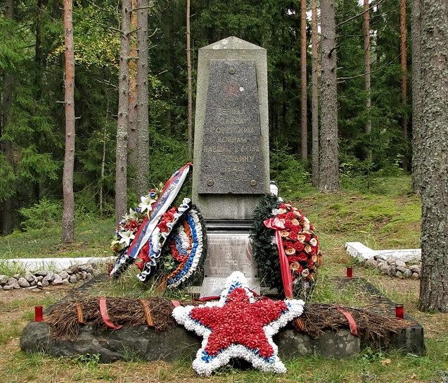 п. Лужки Выборгского р-на. Памятник, установленный на братской могиле советских воинов, в которой похоронено 76 советских воинов, в т.ч. 42 неизвестных.
