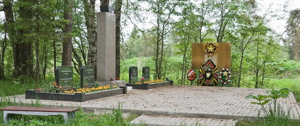 п. Майнило Выборгского р-на. Памятник, установленный на братской могиле советских воинов, в которой похоронено 285 советских воинов, в т. ч. 185 неизвестных. Здесь же находится могила Героя Советского Союза Блохина В. А.