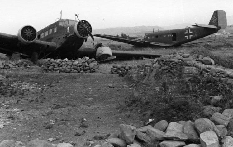 Разбившиеся самолеты Ju-52 на острове Крит. Май, 1941 г.