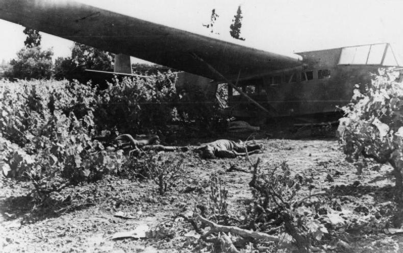 Погибшие немецкие десантники во время приземления планера. Крит. Май, 1941 г.